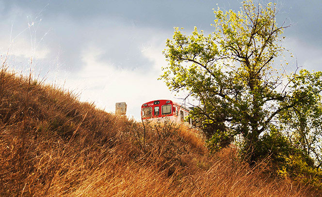 Autobús visto desde la ermita de San Isidro. Foto Juanjo Hernández