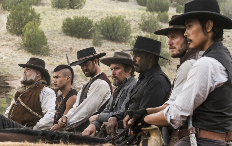 Vincent D'Onofrio, Martin Sensmeier, Manuel Garcia-Rulfo, Ethan Hawke, Denzel Washington, Chris Pratt y Byung-hun Lee en The magnificent Seven.