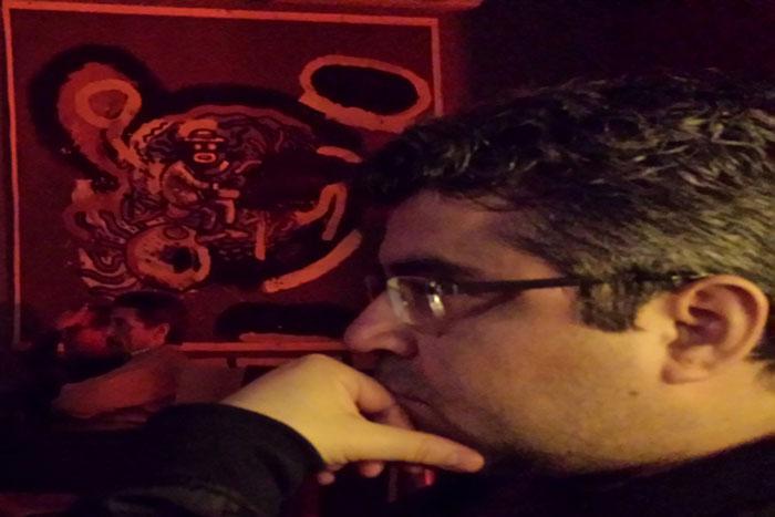 El poeta Alcota escuchando jazz en Café Mercedes