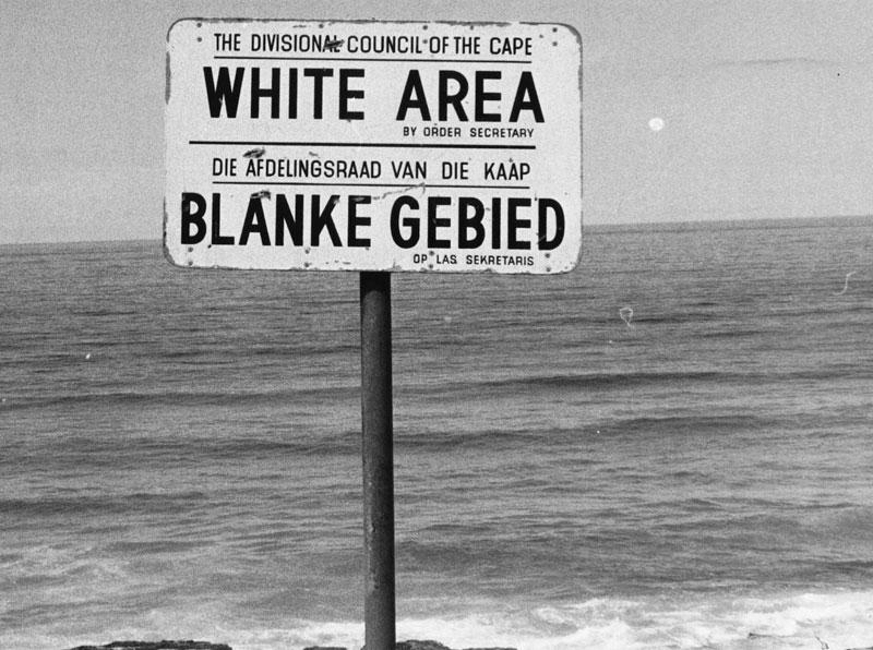 Playa sólo para blancos, en la Sudáfrica de Coetzee.