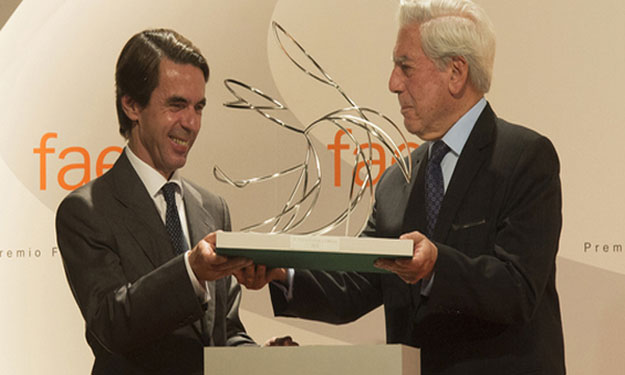 A Vargas Llosa se le ve más recto y derecho que torcido