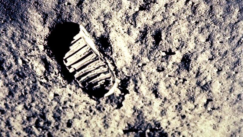 Armstrong ensuciando la luna
