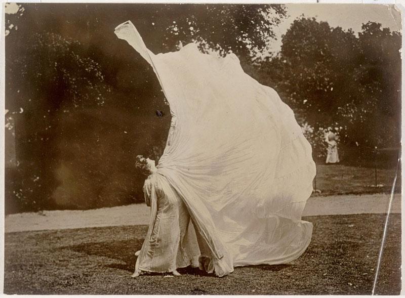 Loïe Fuller Dansant dans un parc, Harry C. Ellis.