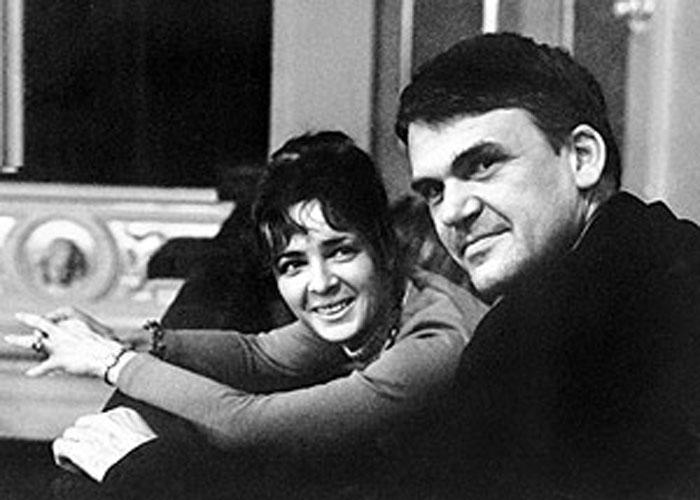 Siempre me pareció hermosa la forma como la mujer de Kundera observa a su marido.