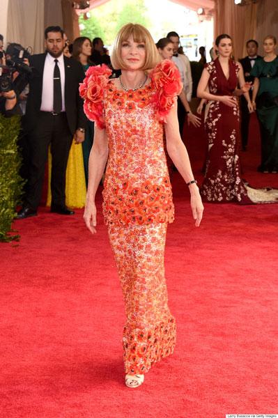 Más que en las flores la lejana China, el vestido de Anna Wintour parecía inspirado en los ramos para cementerio del cercano chino de la esquina.