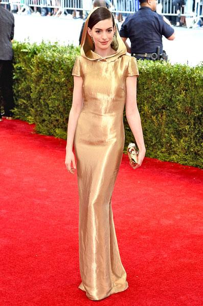 Anne Hathaway, digno híbrido entre Caperucita y una burbuja de cava catalán.