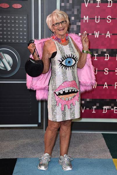 Y finalmente Baddiewinkle, la abuela más molona del universo Instagram, dando una lección al resto de aspirantes a mamarrachas que pisaron la alfombra roja. La señora, como dice mi madre, ha llegado a esa edad en la que a una se le consiente pensar, decir y llevar lo que le salga de... la lentejuela