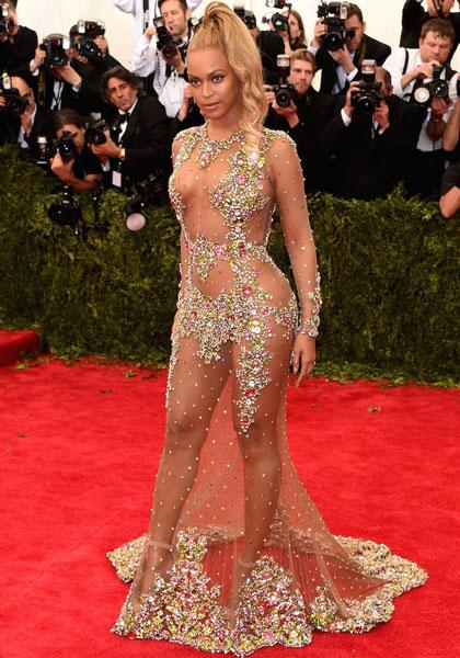 Beyoncé, quien pudiendo ir de Gucci prefirió enseñar el chichi.