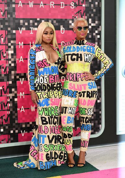 Dos asistentes, vestidas de puerta de lavabo de discoteca hipster