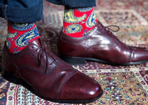Calcetines: un hombre se viste por los pies
