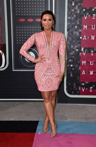 Demi Lovato, deduzco que por su ferviente admiración a Santiago Calatrava, vistió mosaico trencadís