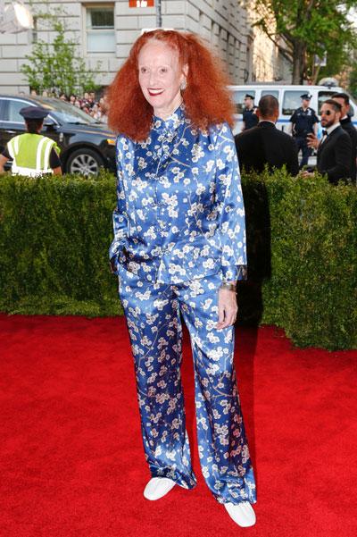 """Y la icónica Grace Coddington, con el típico atuendo """"yo-vengo-de-tirar-la-basura-en-pijama-y-he-pasado-solo-a-saludar-no-me-liéis-que-ya-me-iba""""."""