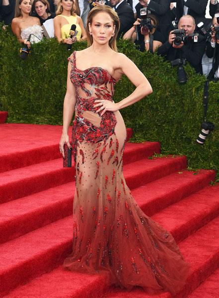 J. Lo, con salva slip de lentejuelas.