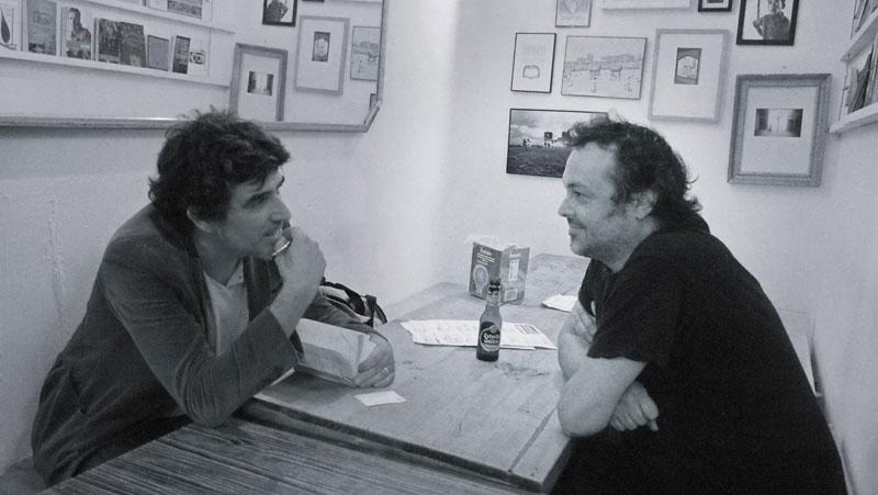 Ramón Cabrera (Slaughterhouse) y el bloguero: maquinando. Foto: Tess Art