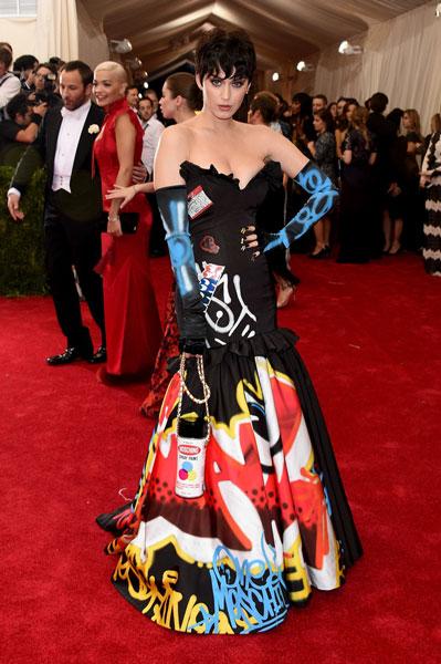 Katy Perry, de persiana de barrio marginal / puerta de baño de discoteca de polígono, o sea, llena de pintadas.