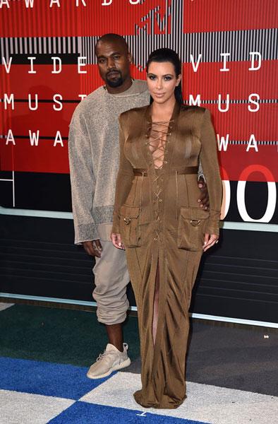 Kim Kardashian, debutando como imagen de una firma de paracaídas