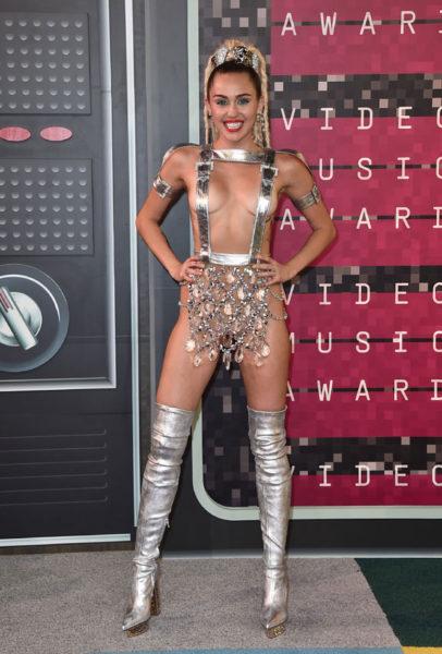 Miley Cyrus, mitad gladiadora futurista, mitad lámpara de araña. Ella quería ir de Barbarella... pero se quedó en Donatella