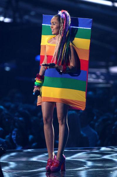 Miley, que se erigió en estandarte -y prácticamente en bandera, muy friendly, por cierto- de la moda española, vistió un Ágatha Ruiz de la Prada, como si quisiera homenajear a aquella otra gran estrella de la canción, ¿os acordáis?