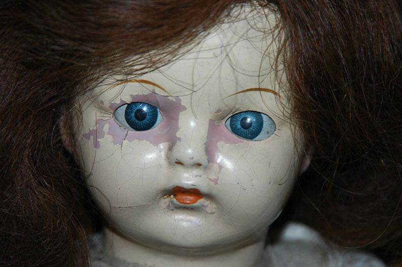 La susodicha muñeca, planeando vengarse por tu estulticia en materia de corte y confección.