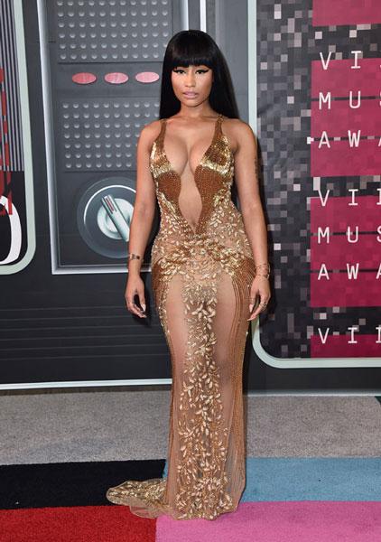 Nicki Minaj, reencarnada en una Cleopatra de pubis lampiño o con bragafaja algo clarita, una de dos