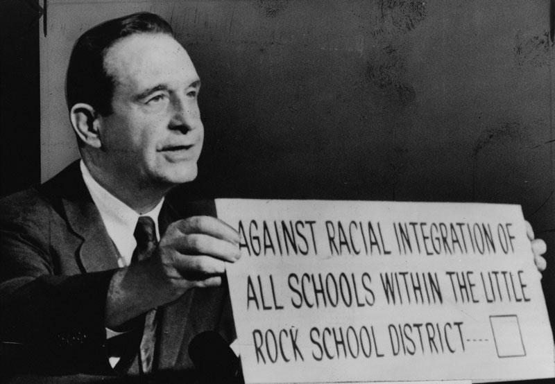 Político ¿contra el racismo? No, contra la integración