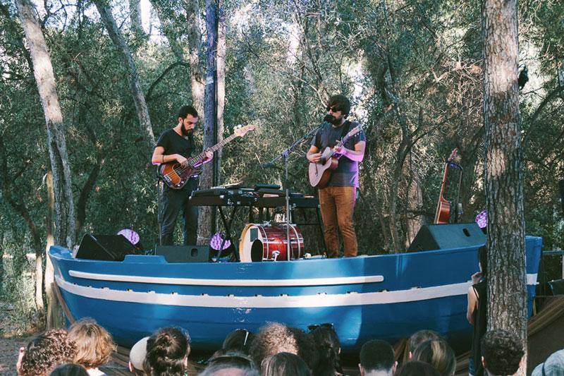 Pau Vallvé interpretando sus canciones en un barco (Foto: Vida Festival).