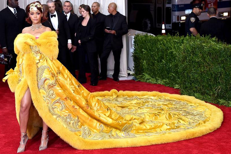 Rihanna, a quien daban ganas de sacar en procesión a hombros y pasarle bebés por el manto al grito de Visca la Mare de Déu.