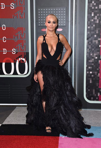 Rita Ora llegó dispuesta a acaparar flashes y... se le vio el plumero