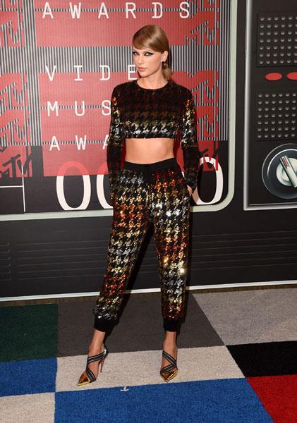 Taylor Swift, con la versión deluxe del típico skyjama viejo, de cuando eras adolescente, que te ves obligado a lucir cuando te quedas a dormir en casa de tu madre y has olvidado meter un camisón en la maleta