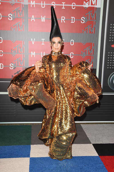 Esta señora, cruce perfecto entre un ave fénix, Cher y Lady Gaga