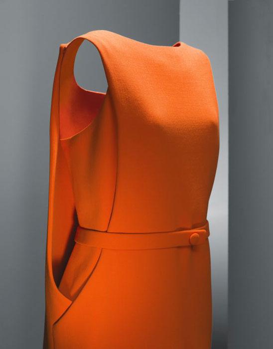 Vestido de día en crespón de lana naranja. Museo Balenciaga.