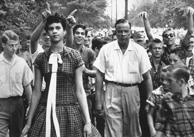 La valiente Dorothy Counts, rodeada de odio, entrando a clase