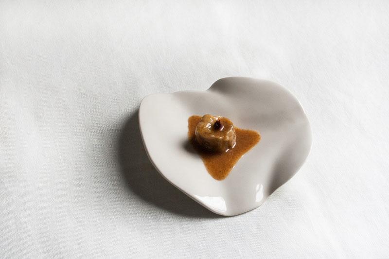 Humana. Pieza de vajilla creada por la ceramista Susana Gutiérrez en su tallerSweet Sue. Fotografía: Susan Gutiérrez.cerámica contemporánea Sweet Sue. Fotografía: Susan Gutiérrez.