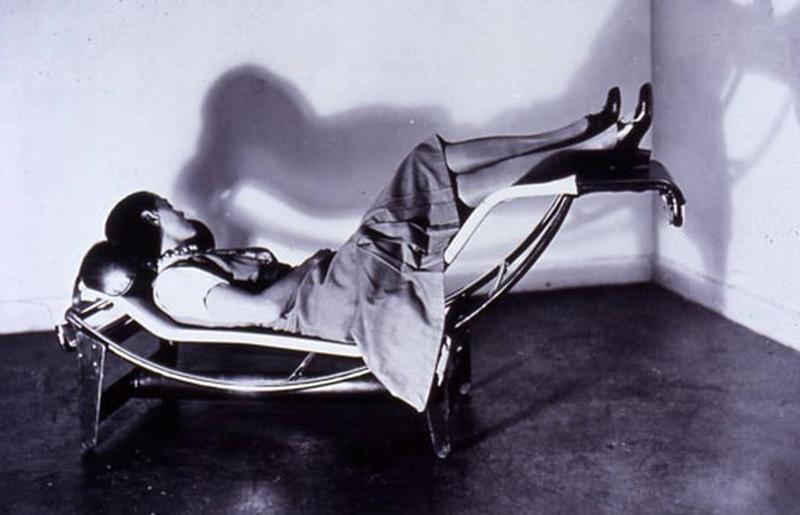 Charlotte Perriand arquitecta tumbada en la icónica Chaise Longue de 1928.