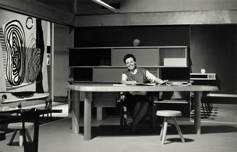 Charlotte Perriand arquitecta en su estudio.