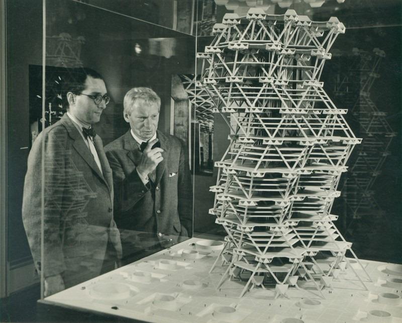 Louis Kahn arquitecto con la maqueta de la City Tower de Filadelfia.
