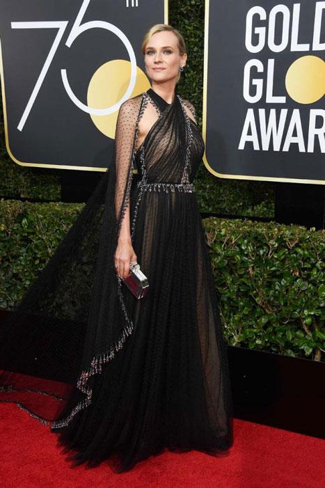 Si has de ser infiel, hazlo así: Diane Kruger abandona su Chanel habitual por este Prada de plumetti que roza la perfección.