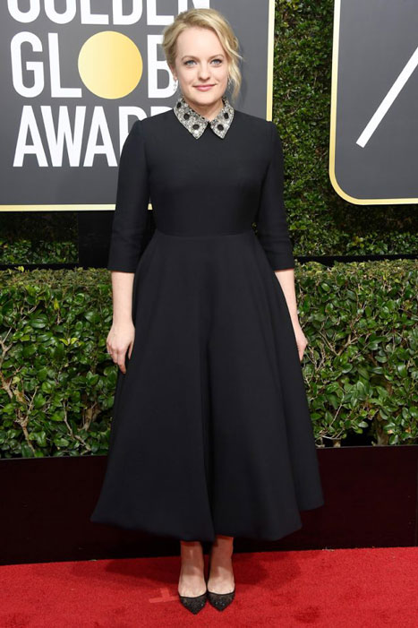 Fiel a su estilo, Elisabeth Moss apostó por un recatado vestido midi de aires diorescos clásicos. La mejor actriz y una de las mejor vestidas.