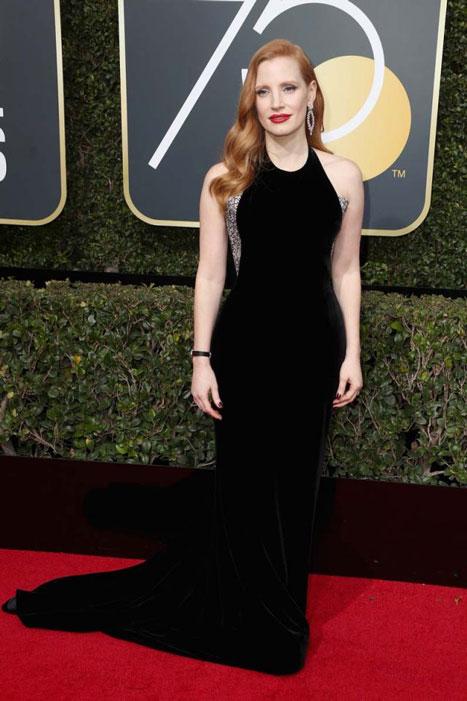 Jessica Chastain, una de las actrices más comprometidas de su generación, ha acertado con un Armani Privé con detalles brillantes en los laterales.