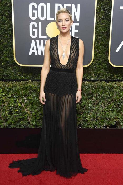 Valentino, una de las firmas que ha colocado lemas feministas en sus prendas esta temporada, ha vestido a Kate Hudson con uno de esos vestidos con refajo incorporado que, a fuerza de verlo, ya hasta me gustan.