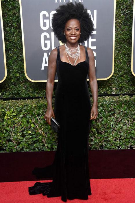 Viola-cásate-conmigo-Davis, enfundada en terciopelo, ha compensado el corte clásico del vestido con un peinado afro voluminoso. ¡Audaz!