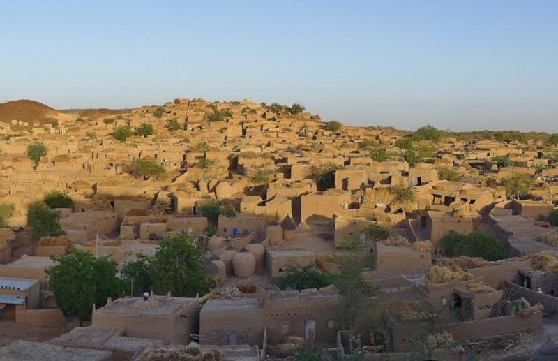 village-bouza-el-cielo-protector-bertolucci-cultura-elhype