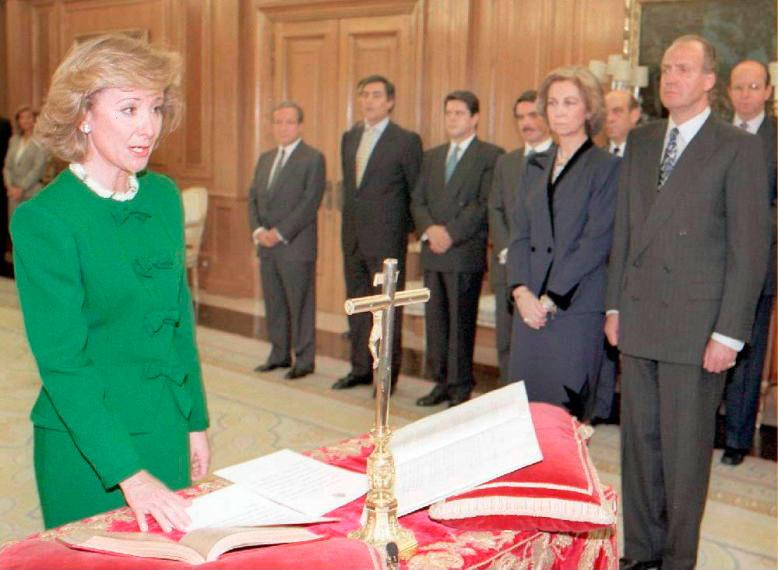 Esperanza Aguirre jurando el cargo de Ministra