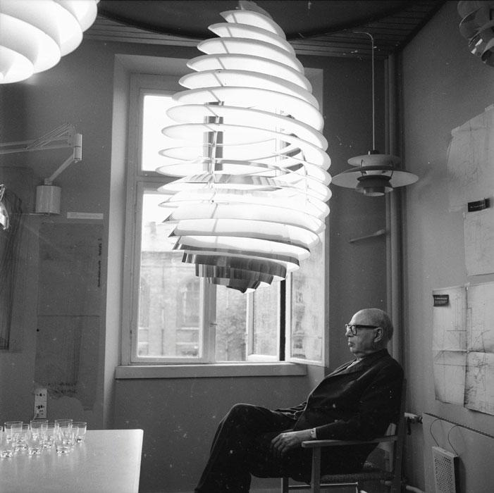 Poul Henningsen posa con sus diseños.