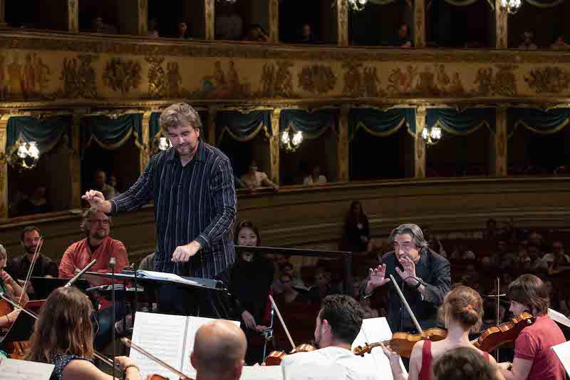 Aleksandr Polykov ensaya con la Orquesta Juvenil Luigi Cherubini bajo la supervisión de Riccardo Muti. @ Silvia Lelli.