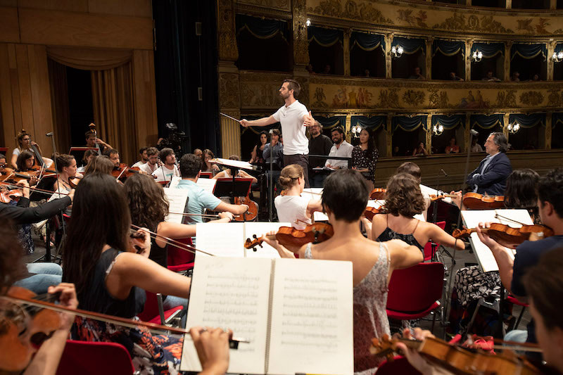 John Lidfors ensaya con los cantantes y la Orquesta Juvenil Luigi Cherubini. @ Silvia Lelli.