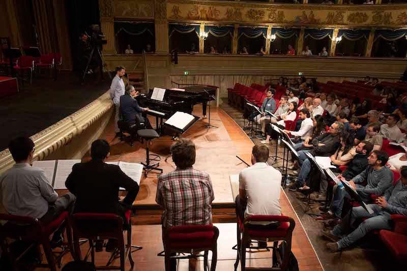 """Muti toca el piano explicando a los alumnos un momento del """"Macbeth"""". © Silvia Lelli"""