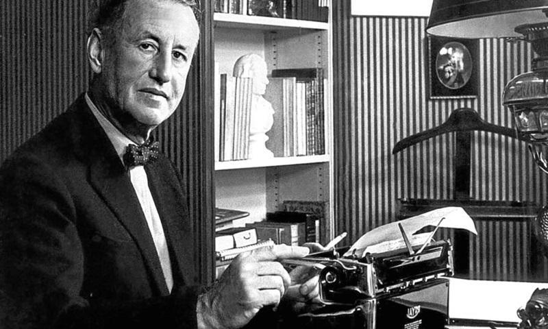Ian Fleming, escritor, periodista y oficial británico, creador de James Bond.