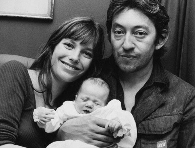 Charlotte Gainsbourg con sus papás. ©Michael Webb.