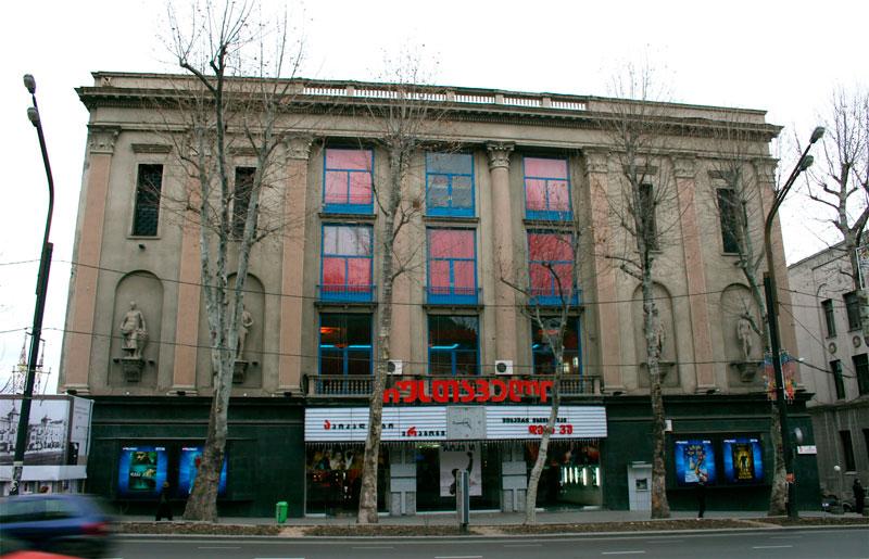 El emblématico Prometheus Film Centre en Tiflis (Georgia).